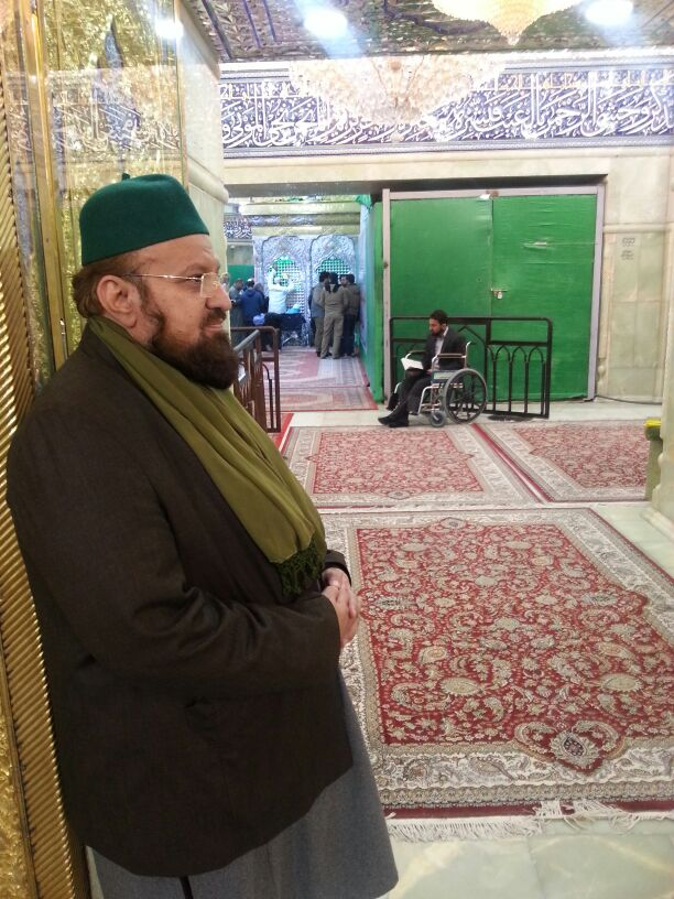 Inside the Holy Shrine of Hazrat Saiyyidinaa Imaam Husaien ( Radiyal Laahu Anhu ). Hazrat Allaamah Kaukab Noorani Okarvi ( May his grace continue) standing at the foot side door of the Rauzah Mubaarak.