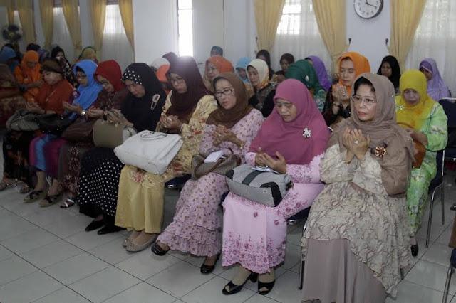 Sutias Teteskan Airmata Saat Baca Puisi Tutup Pengajian Ramadan Dharma Wanita dan PKK Sumut
