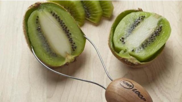 Mengupas buah kiwi pakai peeler/slicer