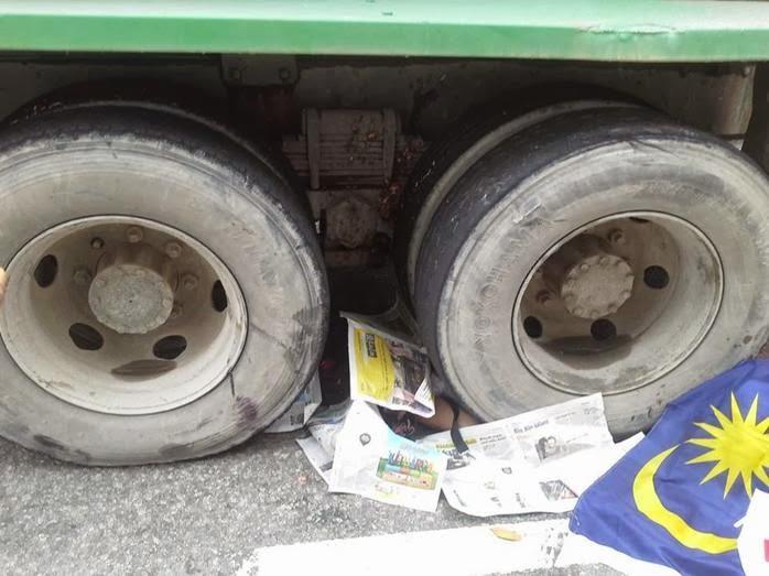 Kemalangan Jalan Raya: Ibu digilis depan anak