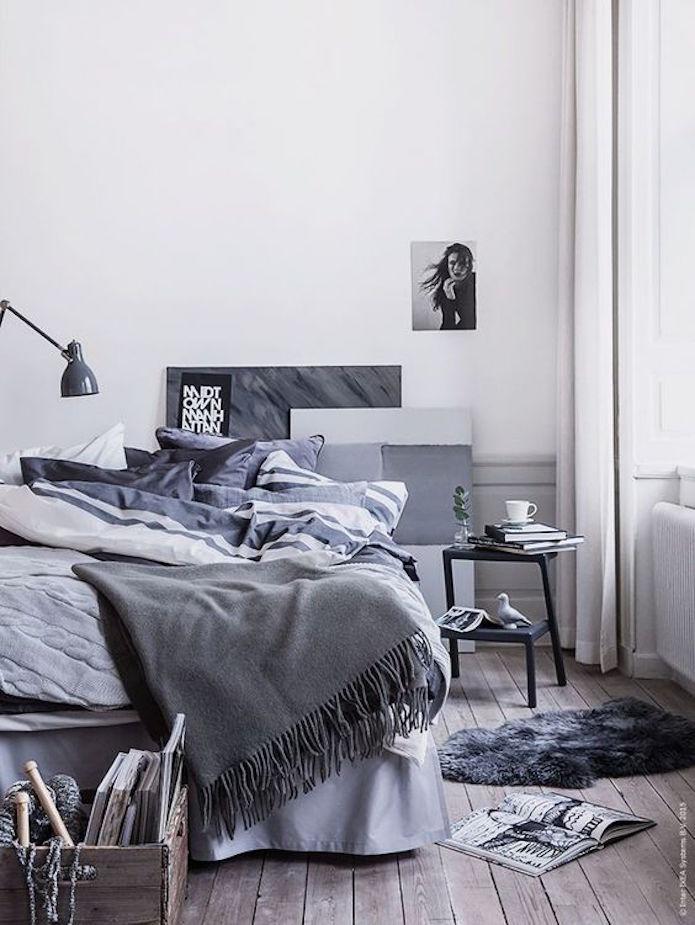 dormitorio en blanco y negro con escalerilla como mesita