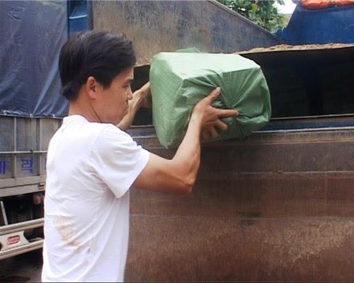 Lái xe Hóa giao nộp số thuốc lá được giấu tinh vi dưới thùng xe