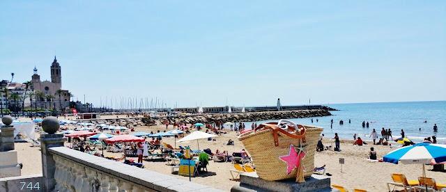 744-Sitges-Barcelona-Sietecuatrocuatro-Capazos-playa-beach-street
