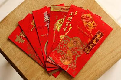 Sejarah Tradisi Angpao   Legenda Angpao   Pada zaman dahulu, ada seekor binatang yang tinggi besar, setiap tahun di malam tahun baru binatang itu keluar mengelus-elus dahi anak-anak yang sedang tidur, anak-anak yang pernah dibelainya akan menjadi gila. Demi keselamatan anak-anak, orang tua menjaga anak-anaknya sepanjang malam. Berdasarkan legenda di Provinsi Zhejiang, ada sebuah keluarga pasangan suami istri yang baik dan jujur. Mereka baru memperoleh seorang anak diusia senja, sehingga sangat menyayangi anaknya bagaikan benda pusaka. Pada suatu malam tahun baru, agar sang anak tidak diganggu oleh makhluk besar itu, kedua orang tuanya menemani anaknya bermain dengan kertas merah berisi uang, setelah sepanjang malam bermain, karena lelahnya orang tua anak itu tertidur, koin uang yang telah dibungkus dengan kertas merah itu jatuh di samping bantal si anak.  Tidak lama kemudian makhluk itu datang, lalu menjulurkan tangannya menjamah kepala anak itu. Kedua orang tua anak itu terbangun kaget, namun, ingin mencegah juga sudah terlambat, saat itulah tampak bungkusan merah di sisi bantal anak itu memancarkan seberkas cahaya terang dan langsung menyinari makhluk itu dan makhluk itu pun berteriak histeris lalu kabur.  Dalam waktu singkat, orang-orang di seluruh pelosok desa mengetahui peristiwa tersebut dan