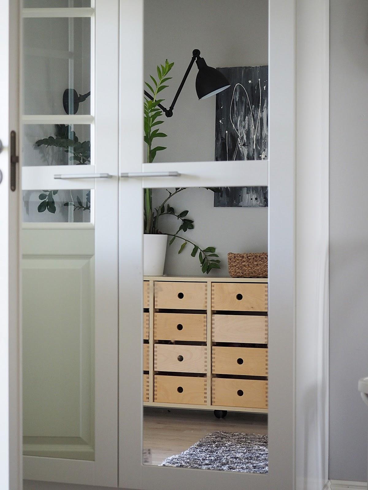 harmaat seinät, kodin sisustus, sisustaminen