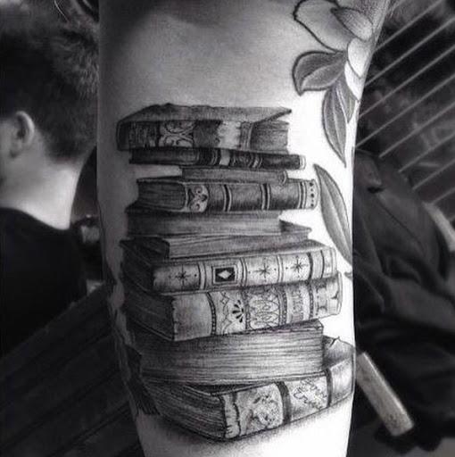 Este preto e cinza tinta pilha de livros