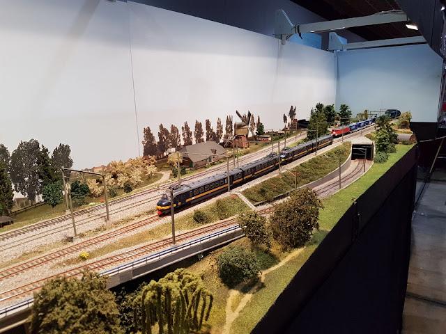 Een overzichtsfoto van de rechterzijde van de modelspoorbaan.