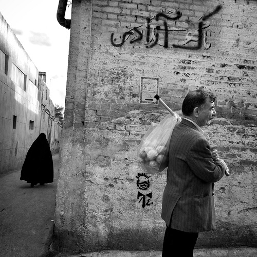 "Foto por Ako Salemi - An alley in old district of Tehran - serie ""Tehran City of Hope and Despair"" 