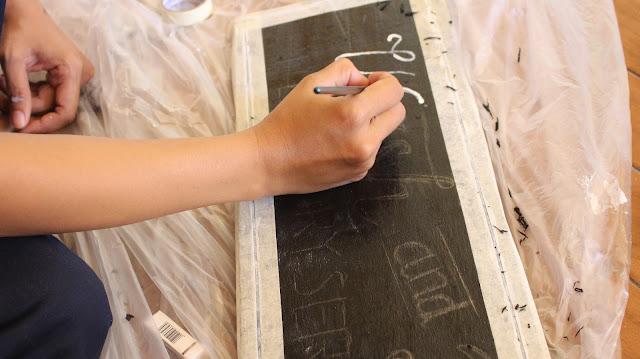 cara menulis dengan cat di kayu pallet