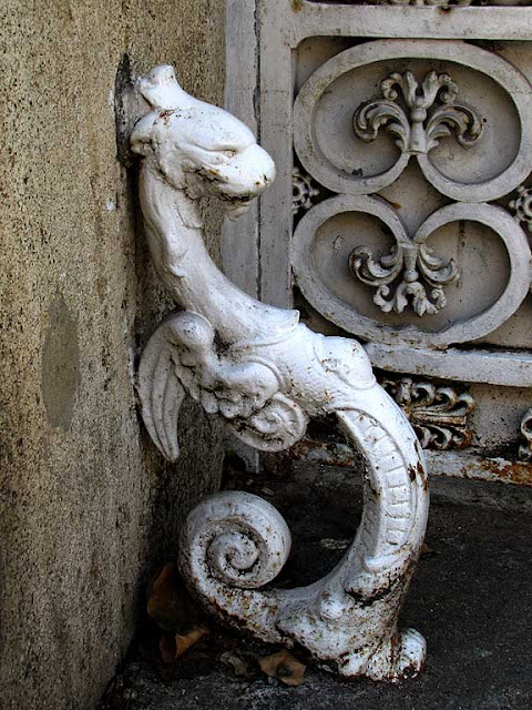 Dragon-shaped ironwork, via Roma, Livorno