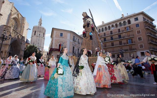 Valencianas vestidas com roupas típicas para Las Fallas, Valência