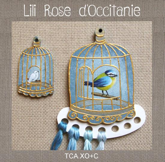 Tri-fils + charm assorti en bois peint, motif cage à oiseau bleu et or. Broderie et point de croix