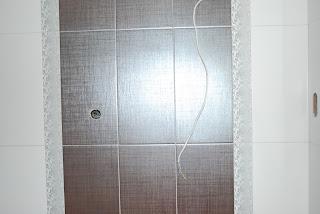 Notranja oprema:kopalniško pohištvo, keramične ploščice, kopalniška oprema.