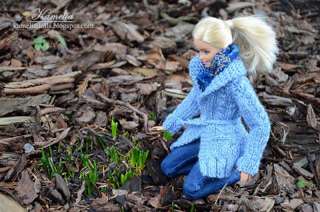 Niebieski sweter dla lalki Barbie.