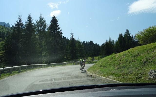 Fahradfahrer in der Kurve am Pordoijoch in Italien, Südtirol