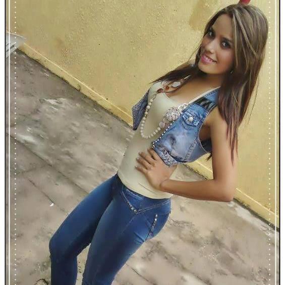 Hermosa chica morena de colombia muestra su conjo perfecto - 1 part 1