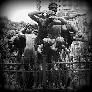 Close do Monumento Canto Al Trabajo, em San Telmo, Buenos Aires