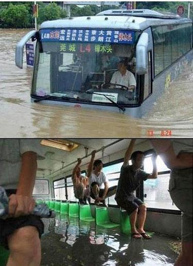 Lustiges Bus fahren in Asien bei Hochwasser