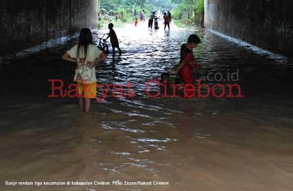 banjir rendam tiga kecamatan di kabupaten cirebon
