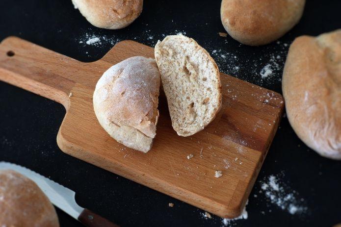 Pan de miel sobre tabla de madera