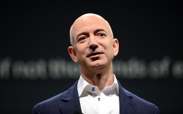 Jeff Bezos superou os 113 bilhões de dólares em patrimônio, sendo o único ser vivo na face da Terra a ter uma fortuna na casa dos doze dígitos.