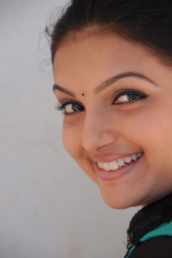 Malayalam Girl Saranya Mohan Smiling Closeup Face Without Makeup
