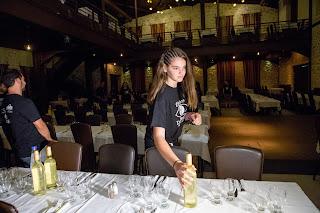 Η Αίρια μικρή εθελόντρια στρώνει τα τραπέζια