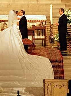 Foto del beso de Thalia y Tommy Mottola en la iglesia