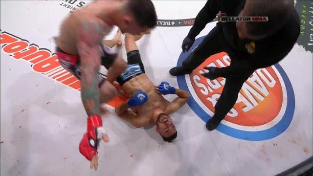 Referi es incapaz de parar pelea pese a luchador desmayado
