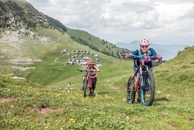 letzte meter vor dem gipfel oisternig mtb mountainbike