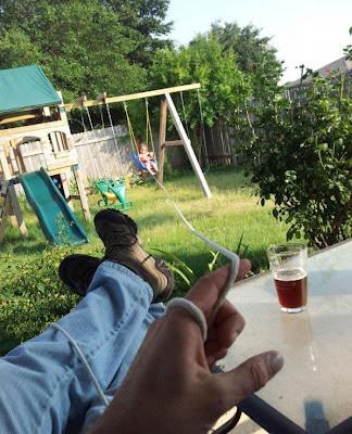 Mann, Bier und Baby Kleinkind spielen lustig