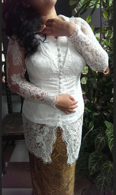 baju kebaya putih dengan kombinasi batik sebagai bawahan