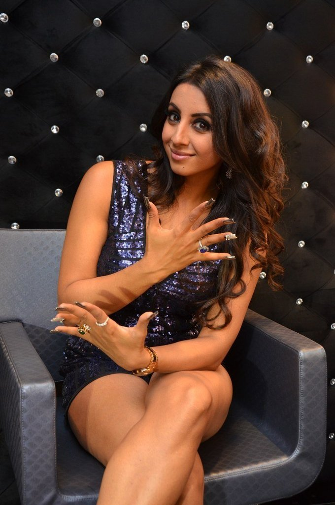 Sanjjanaa Hot Legs Thighs Show At Mirrors Luxury Salons Launch
