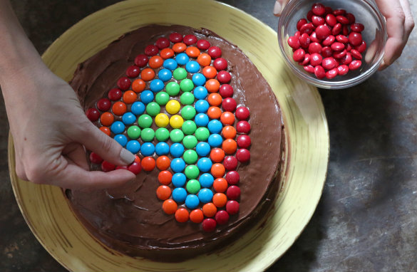 17 apart kids 39 birthday cake idea decorating with m m 39 s for M m cake decoration