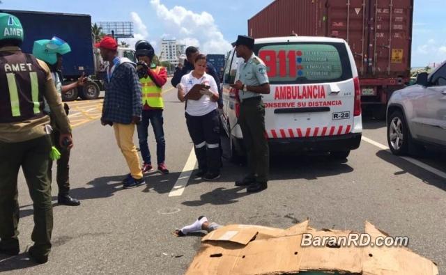 Patana mata a dos estudiantes camino a escuela en Haina