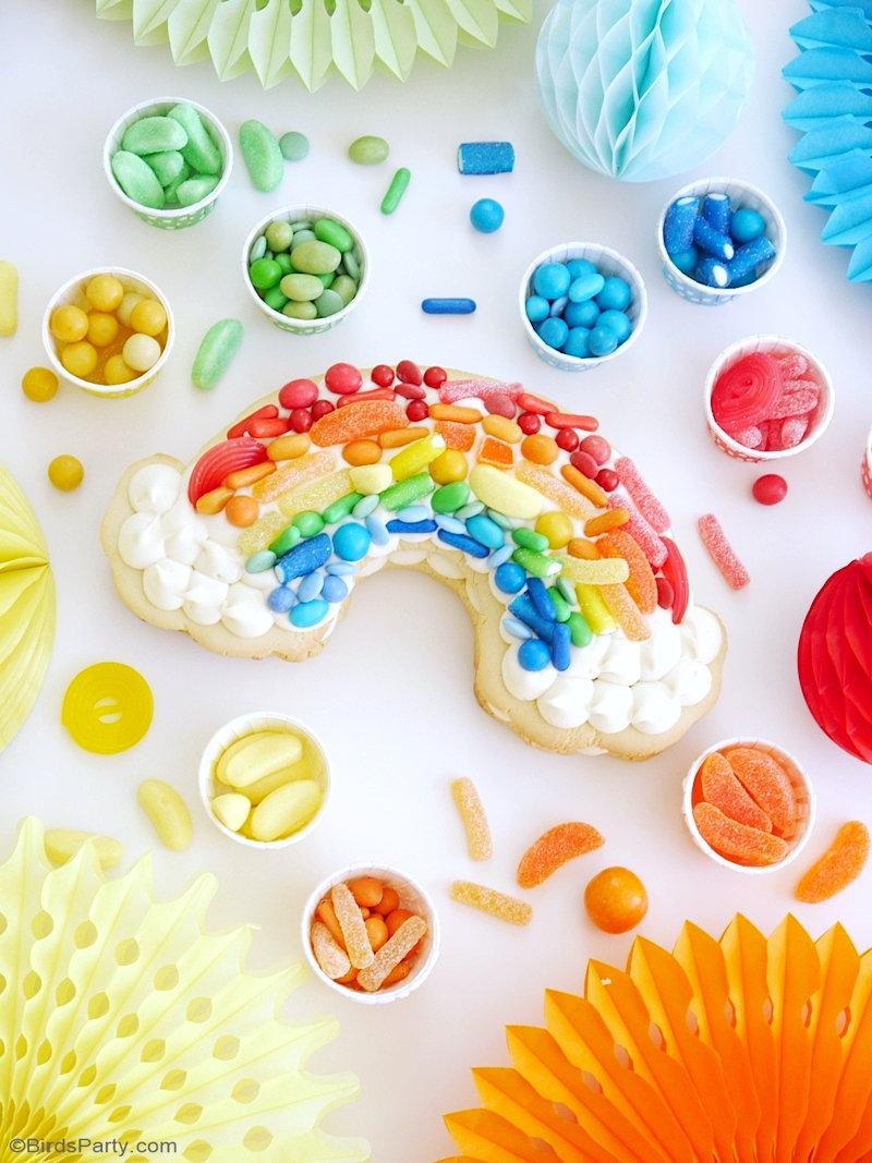 Gâteau Cookie Cake Arc-en-Ciel - recette facile à faire pour un anniversaire ou goûter en couleurs thème arc en ciel, dessert carnaval ou licorne! by BirdsParty.com @birdsparty #arcenciel #gouterarcenciel #goutercarnaval #gouteranniversaire #anniversairearcenciel #anniversairelicorne #gateau #gateauarcenciel #gateaucookiecake #cookiecake