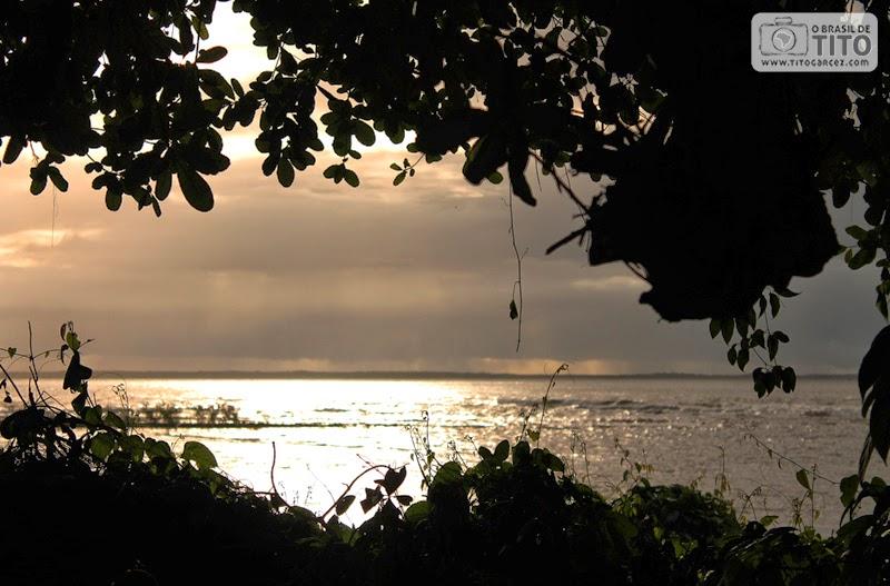 Pôr-do-Sol visto a partir da vila do Algodoal, na ilha de Maianeua, no Pará