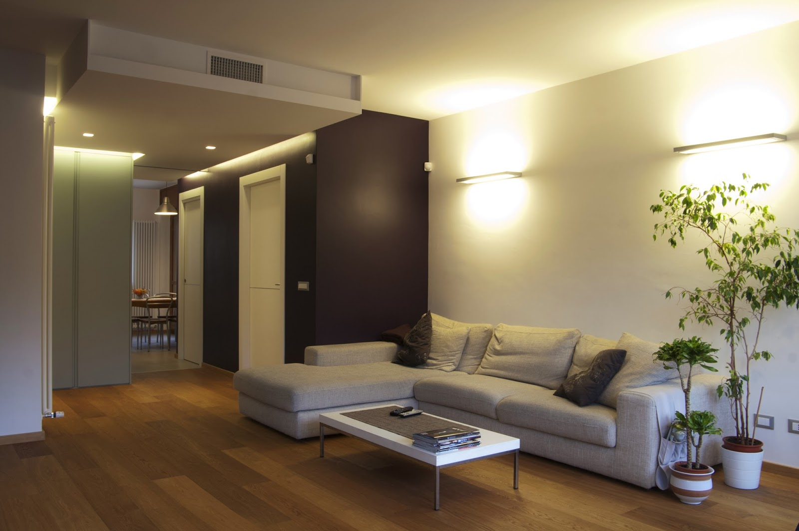 Illuminazione soggiorno con travi a vista appartamento