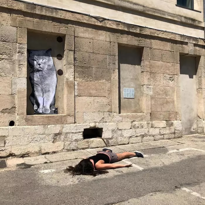 30 Hilarious Anti-Selfies Of Woman 'Dying' At Famous Landmarks