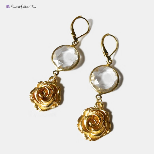 Pendientes con cristal y rosa dorada · Crystal earrings with gold rose