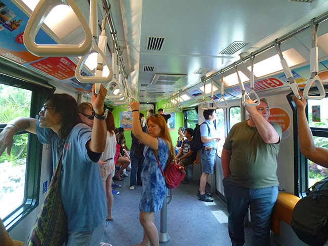 En el tren hacia la isla de Sentosa en Singapur