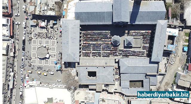 DİYARBAKIR-Diyarbakır'ın Sur ilçesinde bulunan İslam dünyasının 5'inci Harem-i Şerifi olarak nitelendirilen Diyarbakır Ulu Camii'nde Cuma namazı vakti, insansız hava aracı (Drone) ile görüntülendi.