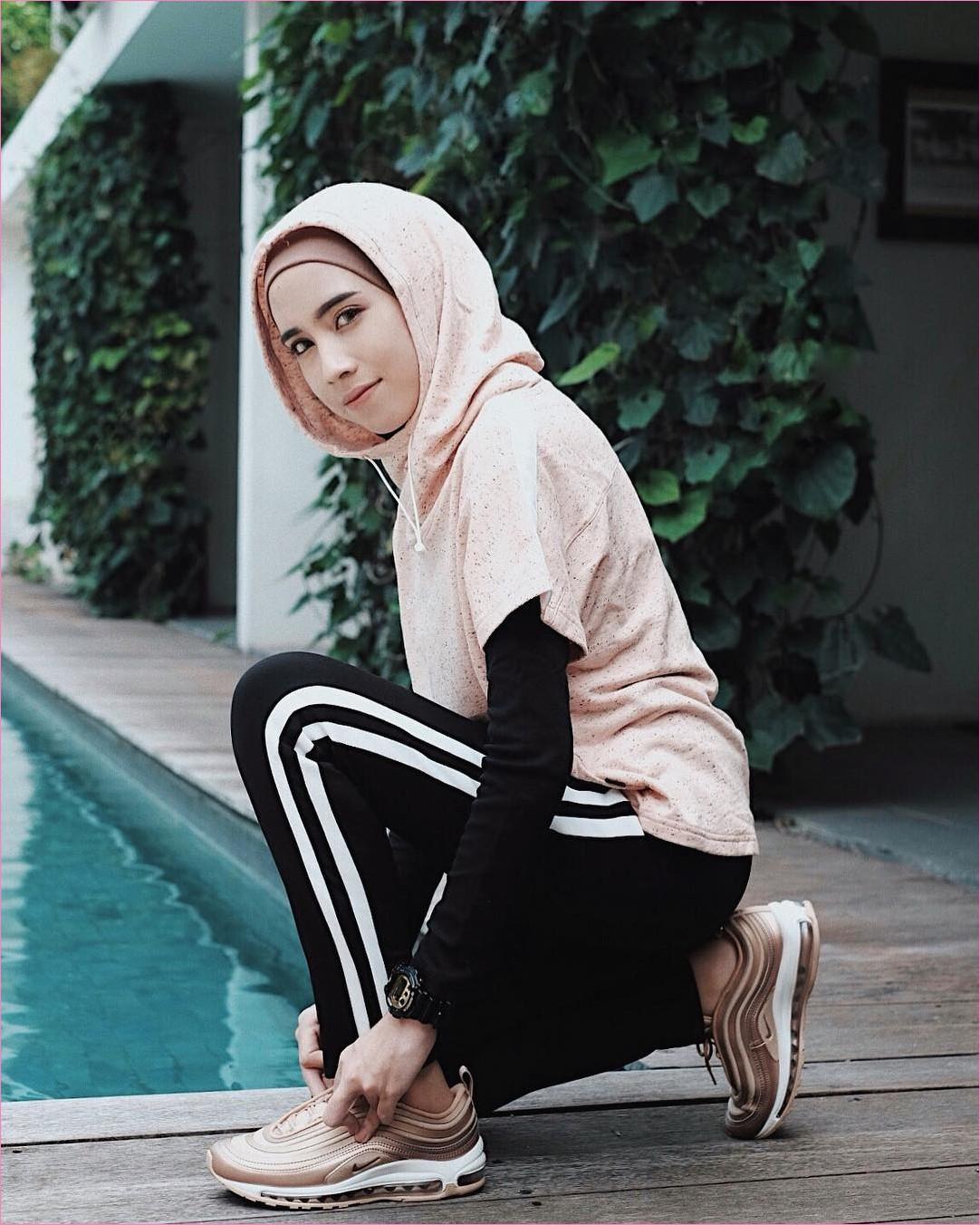 Outfit Baju Hijab Casual Untuk Olahraga Ala Selebgram 2018 sneakers kets sepatu olahraga turban jaket hoodie sweater krem legging celana training stripe jam tangan bulat putih hitam gaya casual kain katun rayon jogging goes 2018 kolam renang air biru tumbuhan merambat hijau kayu