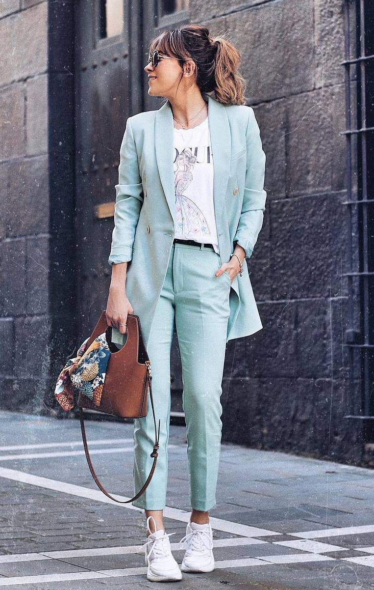 casual outfit inspiration / blue suit + printed top + bag + sneakers