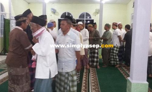 SILATURAHMI  :  Setiap sehabis Shalat memang ada tradisi di di Masjid Babussalam Duta Bandara Kubu Raya ini untuk saling bersalaman dan Silaturahmi. Tidak hanya di bulan Ramadhan saja. Foto Asep Haryono