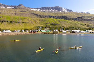 Turistas practicando Kayak en Islandia