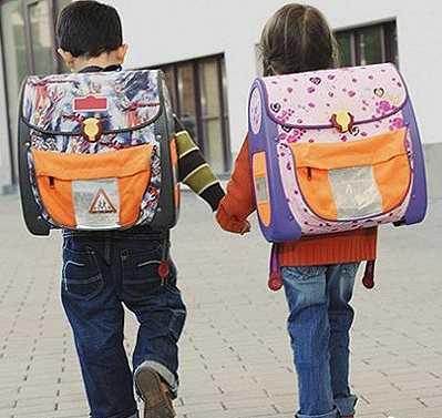 Дети с огромными рюкзаками, которые можно заменить электронными книгами
