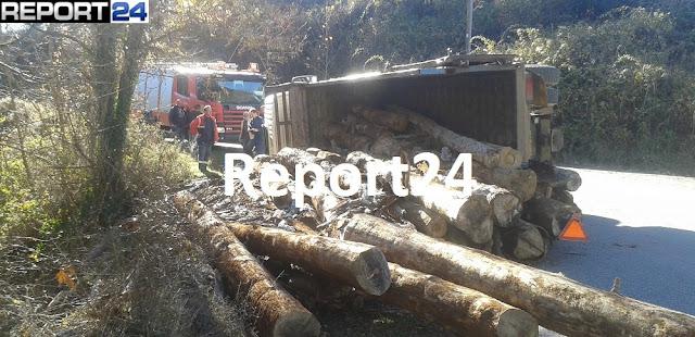 Ανατροπή φορτηγού με ξυλεία στον Πάρνωνα