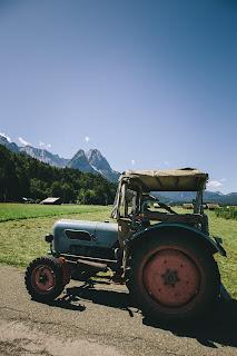 Brautauto Traktor, Trachtenhochzeit in den Bergen von Bayern, Riessersee Hotel Garmisch-Partenkirchen, Wedding in Bavaria
