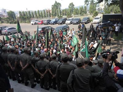 Sempat Memanas, Satpol PP Halangi Massa HMI Masuk Gedung DPRD Lampung